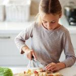 Jente hjelper med å lage mat