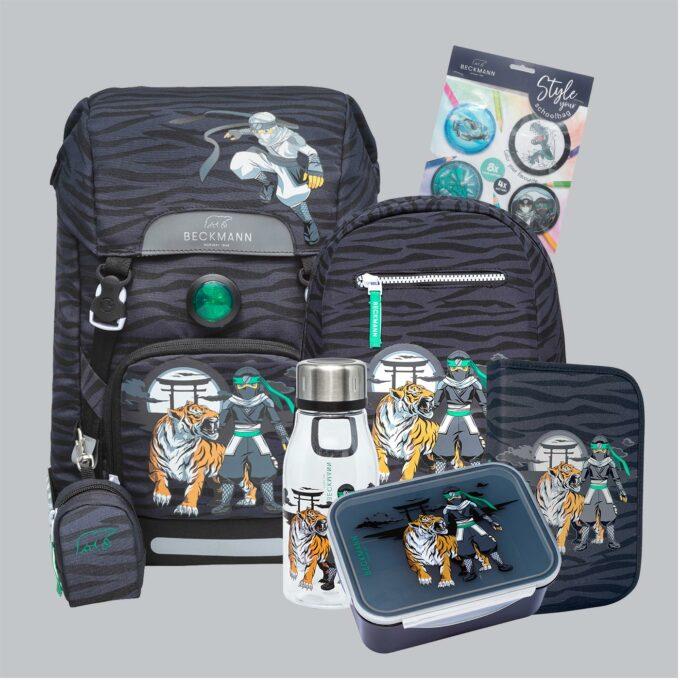 Classic ninja tiger sett bestående av skolesekk, gymsekk, pennal, flaske, matboks og buttons. Grå med mønster