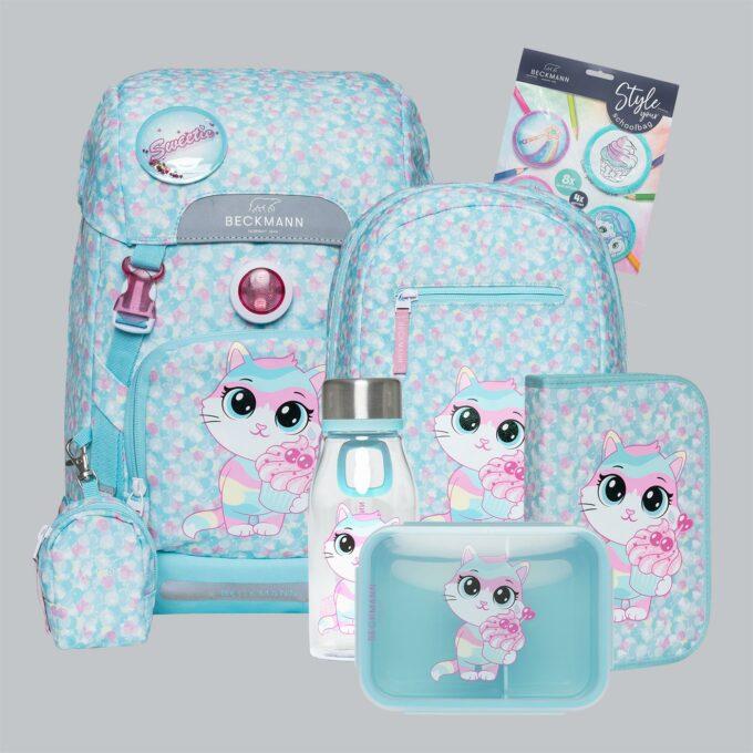 Classic sweetie sett bestående av skolesekk, gymsekk, pennal, flaske, matboks og buttons. Lyseblå med mønster