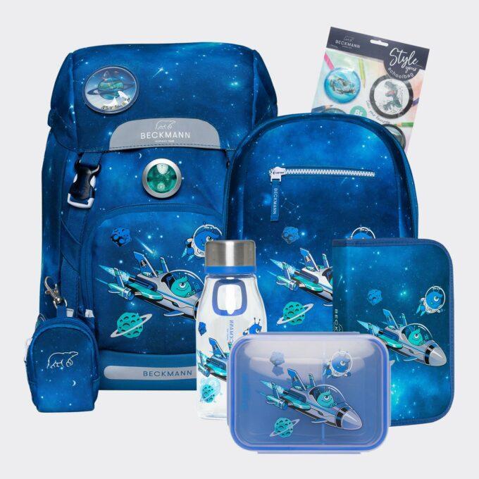 Classic galaxy sett bestående av skolesekk, gymsekk, pennal, flaske, matboks og buttons. Blå med mønster