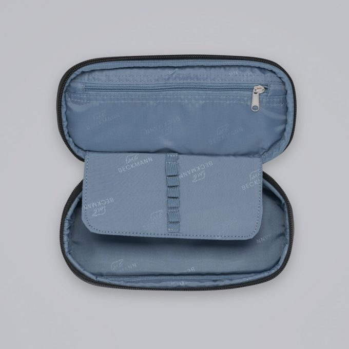 Sport junior ovalt pennal, blue glitter, innvendig glidelåslomme, egen plass til de mest brukte blyantene