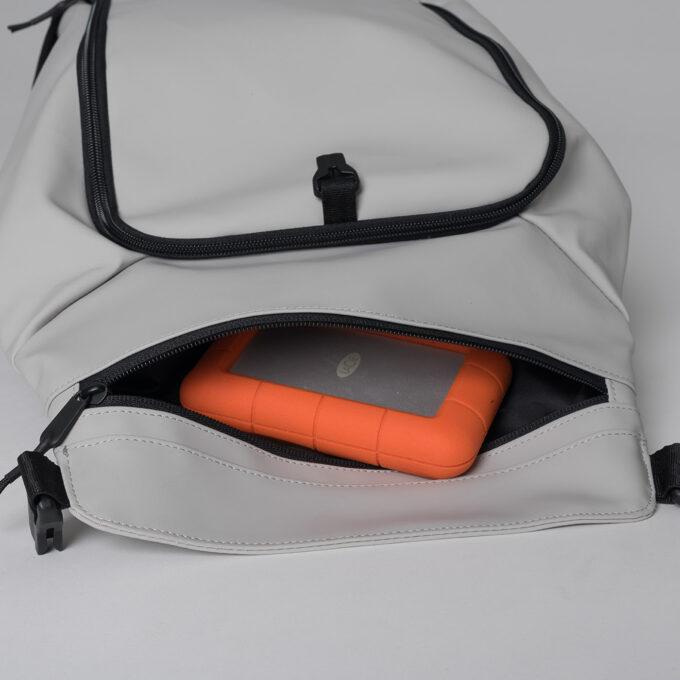 Street light, offwhite ryggsekk, egen lomme i topplokket til mobil, lommebok etc